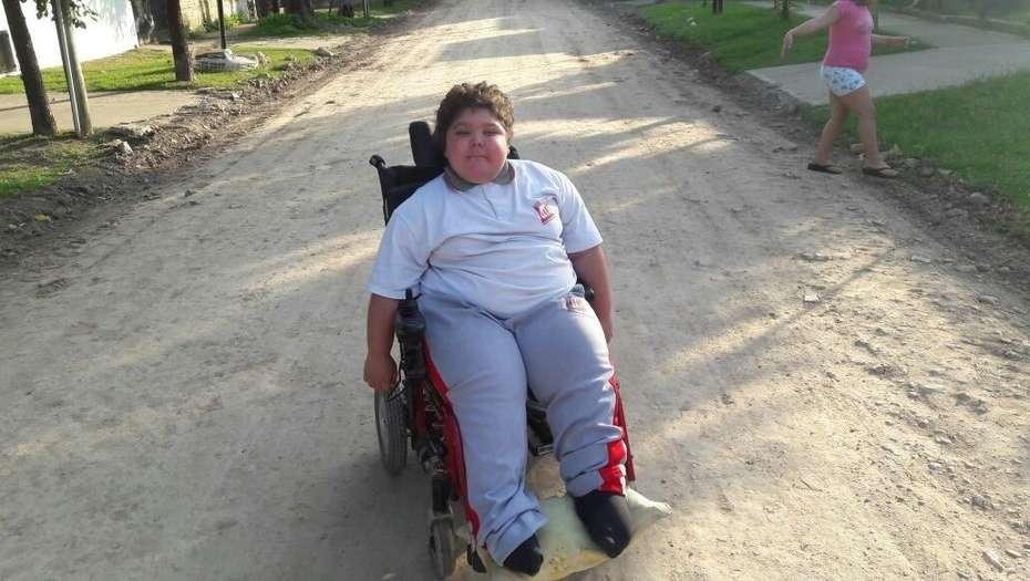 Dylan ya puede moverse mejor en su calle, Quiroga al 800, Monte Grande, en Esteban Echeverría.