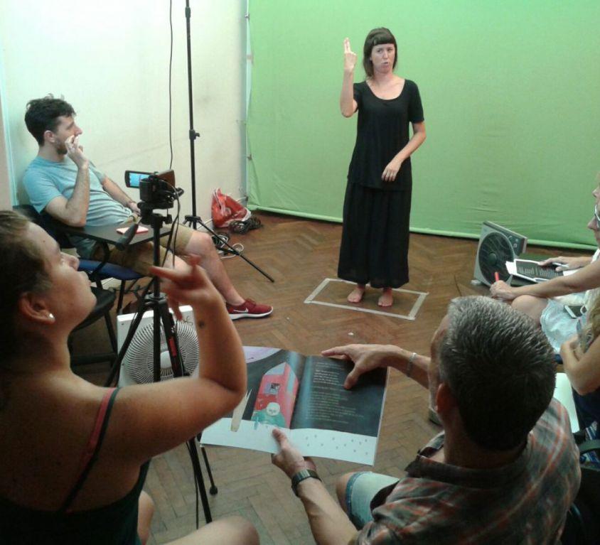 Equipo-de-sordos-y-oyentes-en-la-filmacion-del-Videolibro-12-Princesas-Bailarinas-1170x878